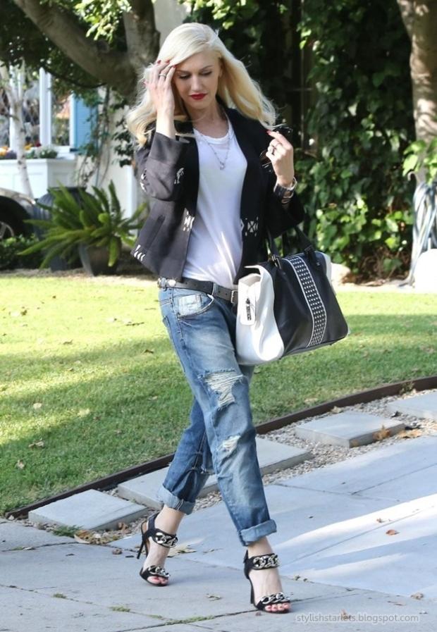 la-modella-mafia-Gwen-Stefani-2013-street-style-in-boyfriend-jeans-and-a-muscle-tank-with-oversize-chain-heels-2